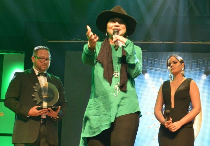 La cantante Evelyn Vásquez en su momento de adoración.