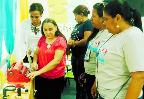 Lourdes Bencosme  concita la atención de las docentes.