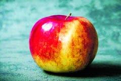 La manzana fue repartida por la tripulación de Delta .