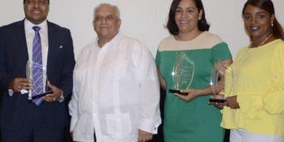 José Monegro, Fernado Billini Morales, Dayana Acosta y Sorange Batista luego de ser reconocidos por sus aportes.