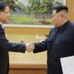 Kim Jong Un, y su homólogo de Corea del Sur, Moon Jae-in, se saludan previo reunión .  Ap