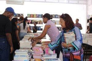 El stand lucía repleto de interesados en sus lecturas. Esta editora mantiene rebajas entre un 20 y 25%.