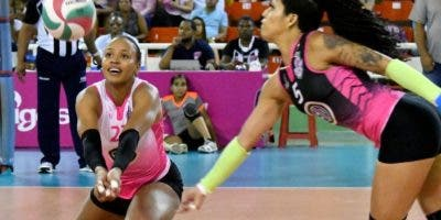 Gaila González y Brenda Castillo en gran jugada anoche.