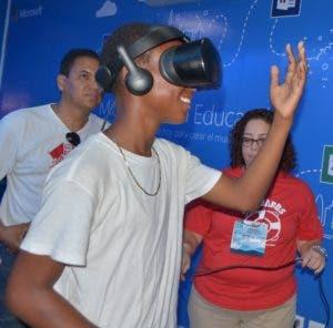 Jóvenes observan especies marinas virtualmente. Ana Mármol