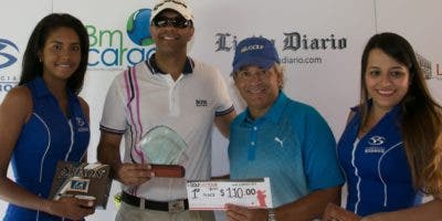 Félix Olivo, director del torneo de golf, entrega el trofeo a Sandy Félix.  Fuente externa.