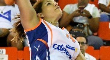 Priscilla Rivera ataca durante el partido.fuente externa