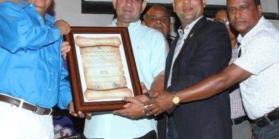 Diógenes Adames-Alexis recibe un reconocimiento  por  su dedicación y labor social.