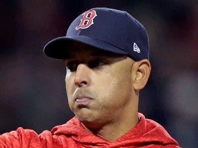 Boston despide a Cora por escándalo señales