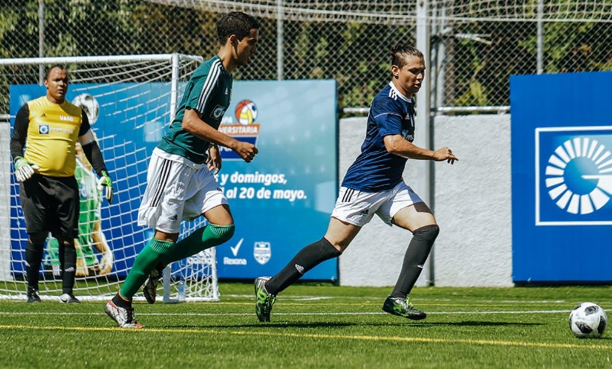 La acción corresponde a uno de los partidos de la Copa Universitaria de Fútbol.