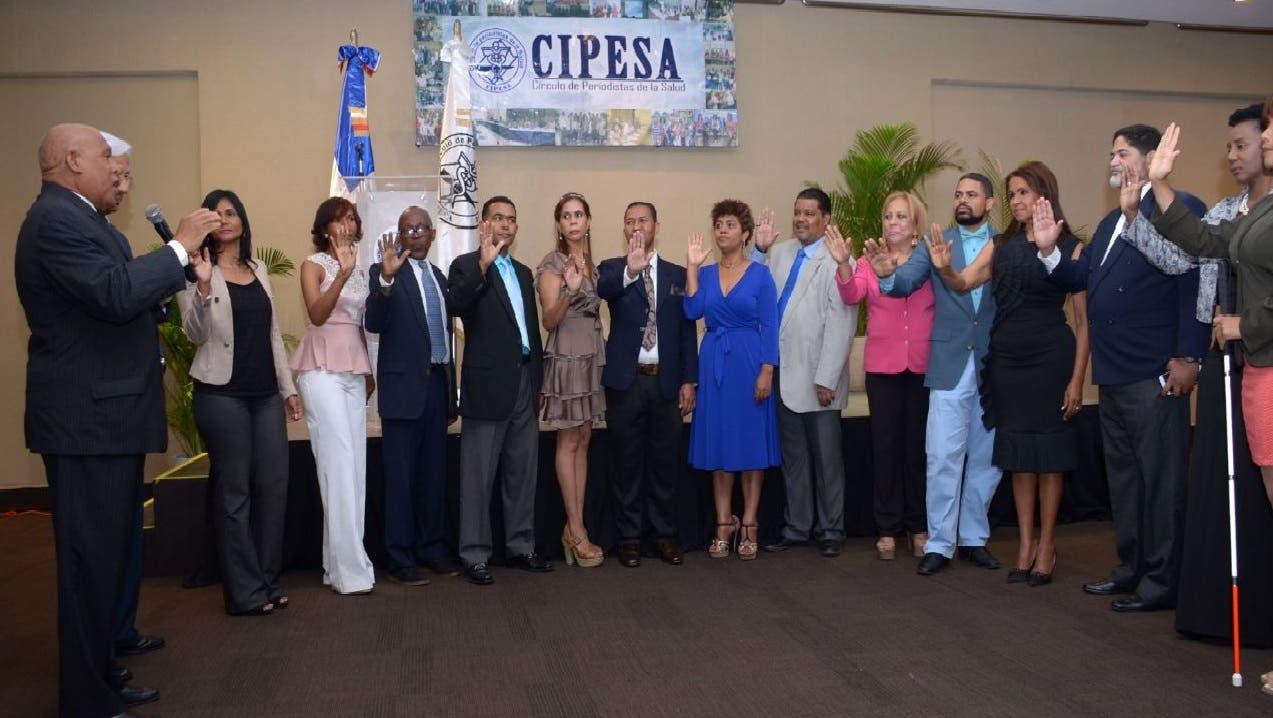 El presidente del Colegio Dominicano de Periodistas, Adriano de la Cruz, juramenta a la nueva directiva del CIPESA.