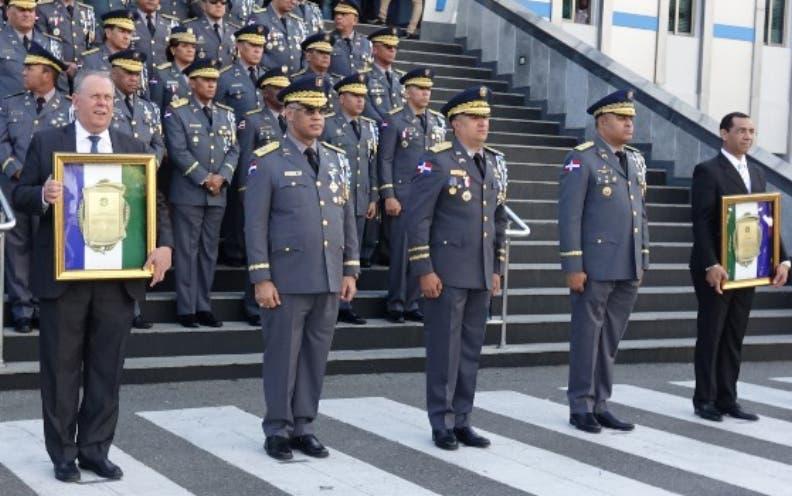 Generales retirados recibieron honores ayer en la Policía.
