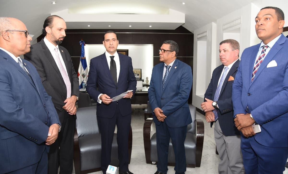 Servio Tulio Castaños Guzmán entrega propuesta a Rubén Maldonado en su despacho.