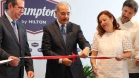 El presidente Medina recorrió instalaciones del hotel.