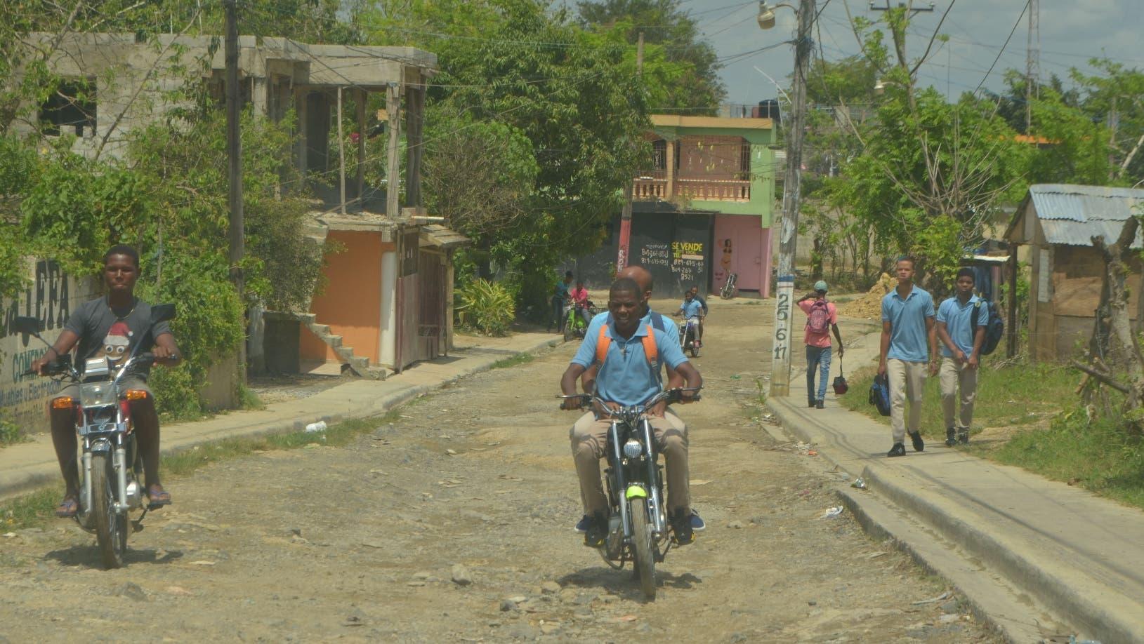 Los estudiantes y pobladores tienen que 'sortear' las malas condiciones de las vías para llegar a su  destino .  ANA MÁRMOL