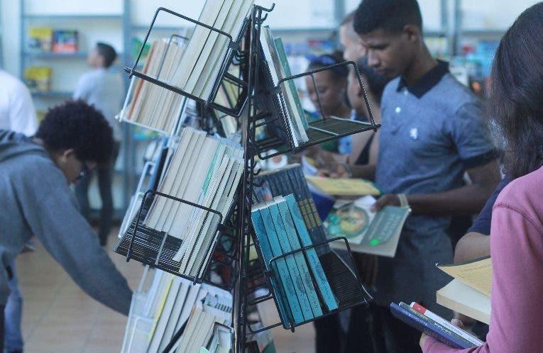 Estudiantes adquieren libros con  bonos.  Eliser Tapia.
