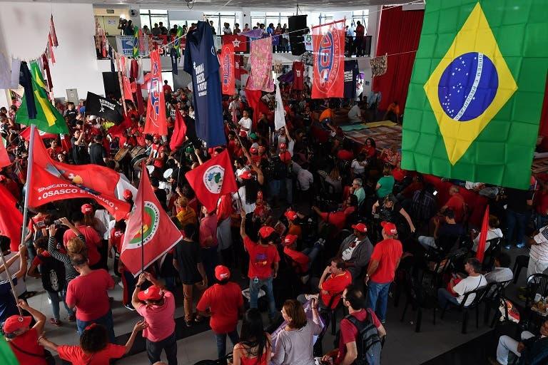 Según el PT, Lula da Silva no incumplió ninguna orden judicial al dejar pasar el plazo que le dio la Justicia para entregarse y que prefirió permanecer en lugar público conocido por las autoridades.