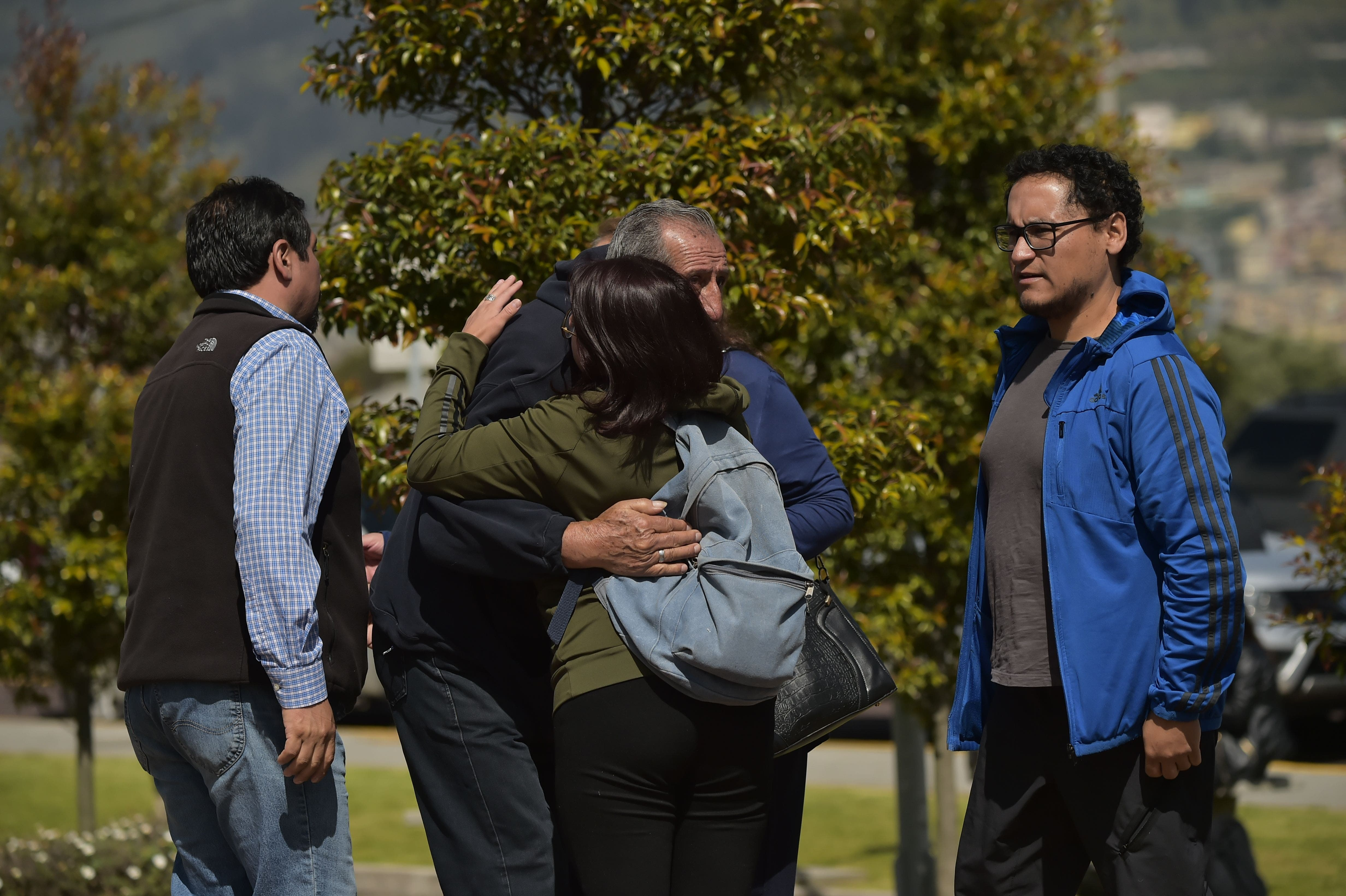 Familiares y amigos del periodista secuestrado ecuatoriano Javier Ortega, el fotógrafo Paul Rivas y su conductor Efraín Segarra, llegan a la sede de la ECU911 en Quito, el 13 de abril de 2018.   Un plazo de 12 horas desde Ecuador para los renegados rebeldes colombianos para probar que tres periodistas secuestrados seguían con vida o se enfrentan a una respuesta enérgica se avecinaba el viernes a medida que aumentaban los temores de que habían sido asesinados. / AFP / RODRIGO BUENDIA