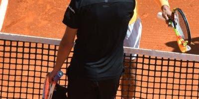 El español Rafael Nadal (R) se da la mano al celebrar después de la victoria sobre el dominicano Dominic Thiem durante su partido de tenis individual en el torneo ATP Masters Series de Montecarlo en Mónaco el 20 de abril de 2018. / AFP / YANN COATSALIOU