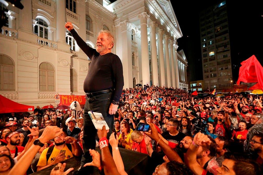 En esta fotografía del 28 de marzo de 2018, el expresidente brasileño Luiz Inácio Lula da Silva se encuentra de pie entre sus partidarios durante el último mitin de su gira de campaña de una semana por el sur de Brasil, en Curitiba, estado Paraná. Lula da Silva continúa siendo el favorito para ganar las elecciones de octubre con una intención de voto de 37%, según la última encuesta de Datafolha. Y el PT ha multiplicado el apoyo incondicional a su figura histórica. Trasladó simbólicamente su sede de Sao Paulo a Curitiba (sur), donde el exmandatario está preso desde el 7 de abril.