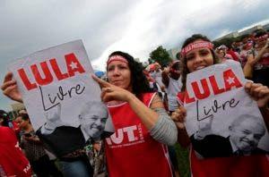 """Partidarias del expresidente de Brasil Luiz Inácio Lula da Silva muestran carteles con el lema, en portugués, """"Lula libre"""" durante una protesta en su apoyo en Brasilia, Brasil, el 4 de abril de 2018. (AP Foto/Eraldo Peres)"""