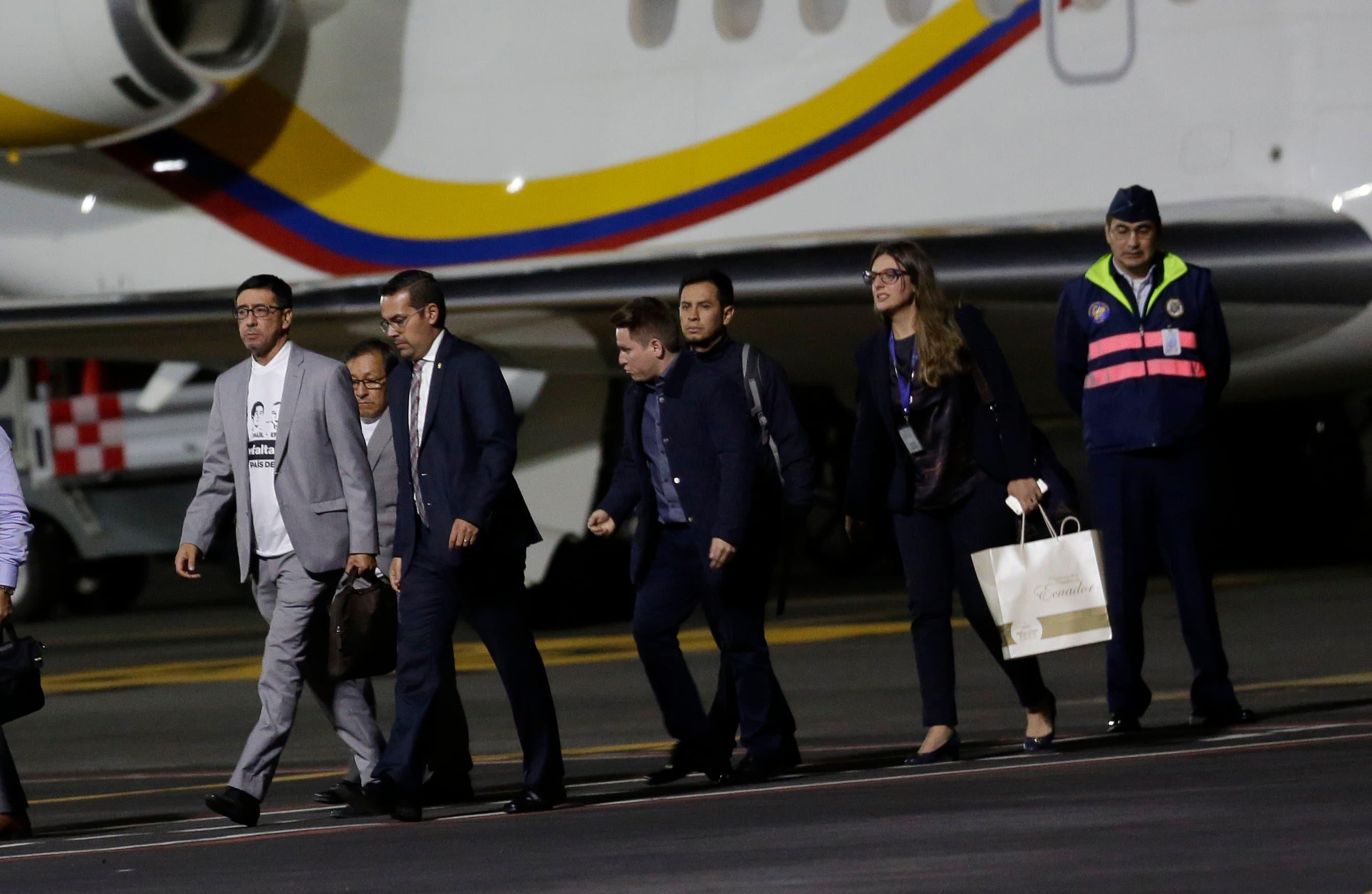 Ricardo Rivas, izquierda, hermano del fotógrafo Paul Rivas; y Galo Ortega, parcialmente oscurecido, segundo desde la izquierda, padre del periodista Javier Ortega, se alejó de un avión después de llegar a Quito, Ecuador, desde Lima, Perú, el jueves 12 de abril de 2018. El presidente de Ecuador, Lenin Moreno, dijo que es muy probable que tres trabajadores de la prensa secuestrados a lo largo de la frontera conflictiva con Colombia fueron asesinados y dieron a sus captores 12 horas para demostrar que siguen vivos antes de ordenar una importante operación militar contra ellos. (Foto AP / Dolores Ochoa)