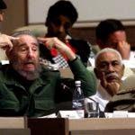En esta imagen de archivo, tomada el 20 de diciembre de 2001, el líder cubano Fidel Castro interviene sentado junto a su hermano Raúl, vicepresidente primero y jefe de las Fuerzas Armadas, durante una sesión en la Asamblea Nacional, en La Habana, Cuba.
