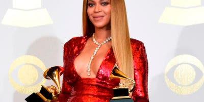 """En esta foto del 12 de febrero del 2017, Beyonce posa en la sala de prensa tras ganar premios Grammy al mejor video musical por """"Formation"""" y al mejor álbum de música urbana contemporánea por """"Lemonade"""", en Los Angeles. (Foto por Chris Pizzello/Invision/AP, Archivo)"""