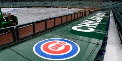 La lona cubre el terreno del estadio Wrigley Field en Chicago tras la posposición de un juego entre los Bravos de Atlanta y los Cachorros de Chicago, el domingo 15 de abril de 2018. (AP Foto/Matt Marton)