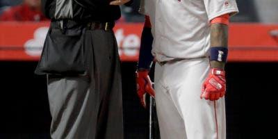 Hanley Ramirez, de Boston Red Sox, habla con el árbitro Jordan Baker luego de poncharse durante la sexta entrada de un partido de béisbol contra los Angelinos de Los Angeles en Anaheim, California, el miércoles 18 de abril de 2018. (AP Photo / Chris Carlson )