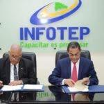 Gerente general del CNSS, Rafael Pérez Modesto y el director general del INFOTEP, Rafael Ovalles durante firma convenio.