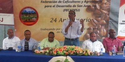 El viceministro Manuel Serrano (de pie) habla ante los cafetaleros de San Juan.