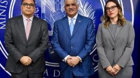 Canciller Miguel Vargas junto al embajador de Colombia José Antonio Segebre y María Fernández del Ministerio de Economía, Planificación y Desarrollo