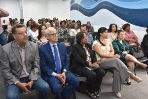 Entre los asistentes estaban Andrés L. Mateo, Nan Chevalier, Genmy Luz Gómez, directora del Primer Ciclo de la Dirección de Primaria de dicho ministerio, Orlin Jiménez y Daciana Marte, del CEED-INTEC.
