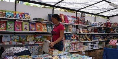 Libreros, obreros, técnicos e ingenieros daban esta tarde los toques finales a los trabajos de las casetas y pabellones.