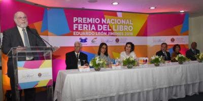 El ministro de Cultura Pedro Vergés se dirige al público en el acto de entrega del  Premio Nacional Feria del Libro a Carlos Esteban Deive.