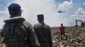 Dos helicópteros de la Fuerza Aérea ayudan a combatir el incendio en el vertedero Duquesa en Santo Domingo Norte. Foto:   @capiurtecho vía Twitter.