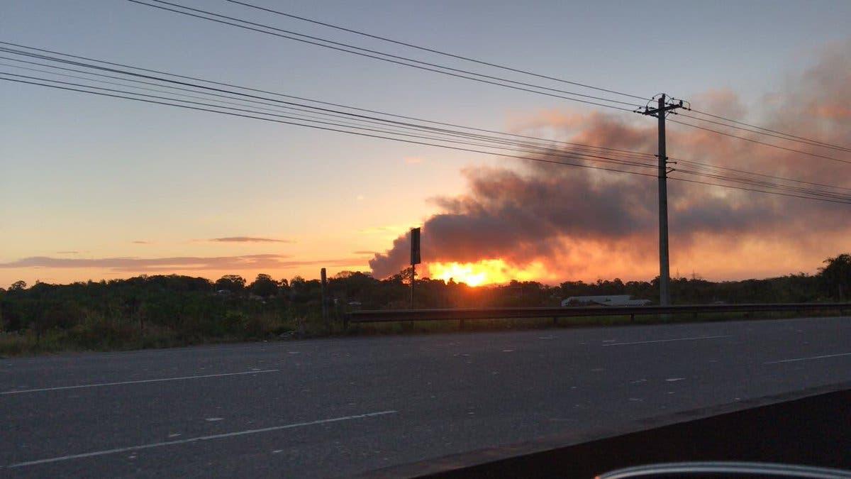 Humareda provocada por incendio en Duquesa. Foto tomada vía Twitter de @capiurtrecho