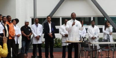 director-del-hospital-ney-arias-lora-doctor-amaury-garcia-exhortando-a-los-estudiantes-de-la-escuela-paraiso-de-villa-mella-a-ser-prudentes-y-respetar-las-reglas-de-transito