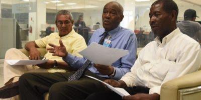 Los sindicalistas Rafael Castillo, Casimiro Laurencio (al centro) y Teodoro Abad Hernández, en visita a la redacción de El Día. Foto: Alberto Calvo/El Día.