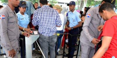 21ª Feria Internacional del Libro Santo Domingo 2018, dedicada al poeta y escritor Lupo Hernández Rueda, país invitado Guatemala,en la foto una nueva modalidad en la feria,que es los pasímetros y el chequeo de las personas que entran/foto: José de León