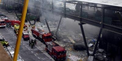 Foto de archivo tomada en diciembre de 2006, donde se ve a miembros del cuerpo de bomberos en la terminal del aeropuerto de Barajas, Madrid, tras un atentado perpetrado por ETA.
