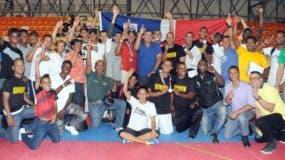 Dirigentes, atletas y fanáticos festejan por el triunfo del Ejército en taekwondo.