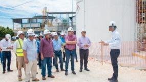 el-ingeniero-ramon-then-gerente-de-planta-de-la-central-barahona-carbon-mientras-explicaba-a-las-autoridades-de-sector-electrico-sobre-los-avances-en-la-repotenciacion-en-esa-central