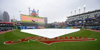 Una lona protege el diamante de la lluvia en el juego entre los Azulejos de Toronto y los Indios de Cleveland en Cleveland. AP