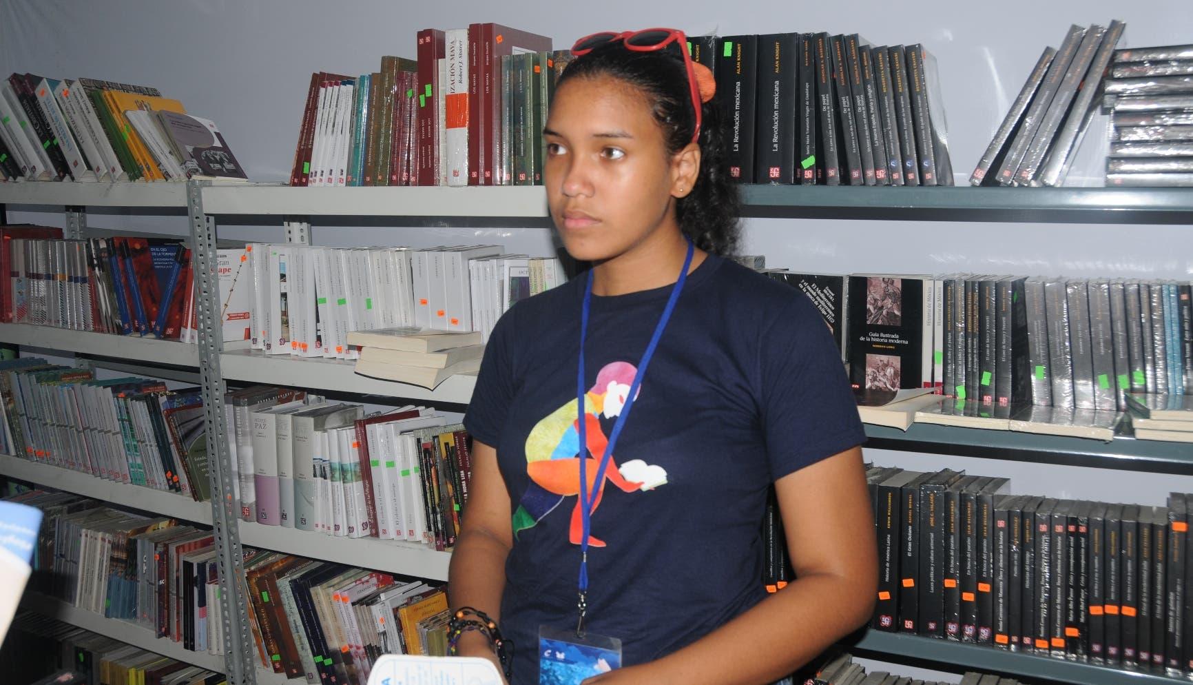 Ana Mercedes, del Fondo Cultural Económico, dijo que las lluvias han afectado las ventas. Nicolás Monegro.