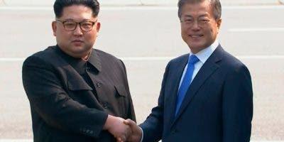 En esta imagen de video proporcionada por Korea Broadcasting System (KBS), el líder norcoreano Kim Jong Un, izquierda, estrecha la mano del presidente surcoreano Moon Jae-in luego de que Kim cruzó la frontera para la histórica reunión entre ambos, en Panmunjom, Corea del Sur. (Korea Broadcasting System vía AP)