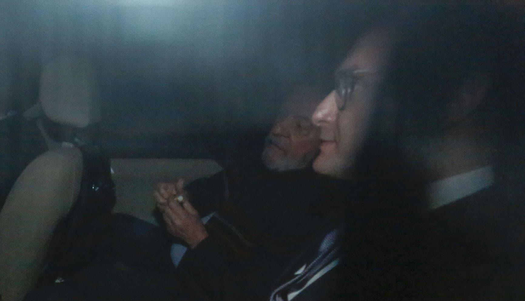 el expresidente de Brasil,  Luiz Inacio Lula da Silva y su abogado l Cristiano Zanin Martins (C), llegan al edificio del Instituto Lula en Sao Paulo. AFP