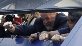 Expresidente de Brasil Luiz Inacio Lula da Silva saluda a sus partidarios congregados en el exterior de la sede de un sindicato en Sao Bernardo do Campo. AFP
