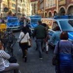 Policías aparecen en el centro de la ciudad de Muenster, Alemania, luego de que un vehículo atropellara a una multitud, dejando tres muertos y 20 heridos. AP