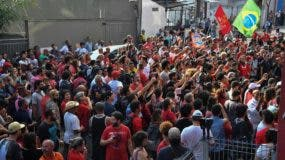 Los partidarios del expresidente brasileño (2003-2011) Luiz Inácio Lula da Silva bloquean la salida de garaje de la construcción de la unión de trabajadores metalúrgicos en Sao Bernardo do Campo, en el área metropolitana de Sao Paulo. AFP